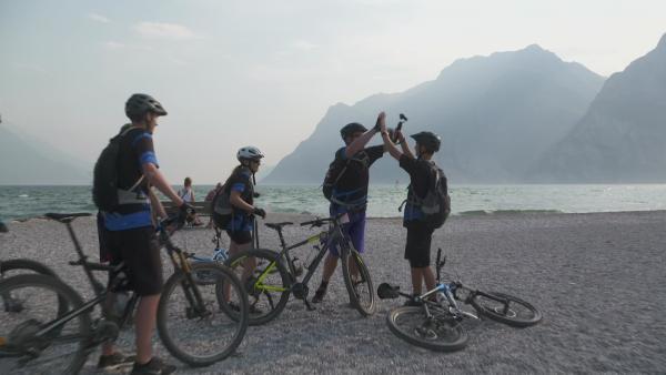 Jess und Ben auf Klassenfahrt: Alpencross vs. Segeln - Tag 2 | Rechte: KiKA