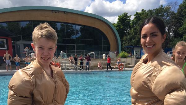 die KiKA LIVE-Modertoren Jess und Ben beim Wasserbattle