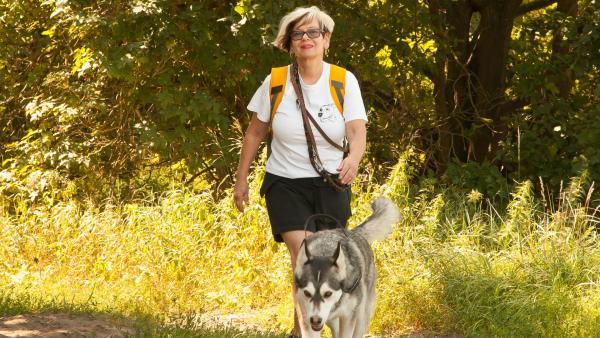 Hundetrainerin Regina Vetter mit ihrem Husky Flocke | Rechte: KiKA/Stefanie Jung