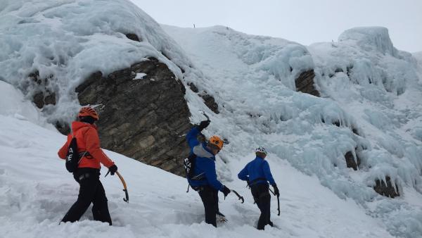 Zum Glück ist Bergführer Peter mit dabei. | Rechte: KiKA