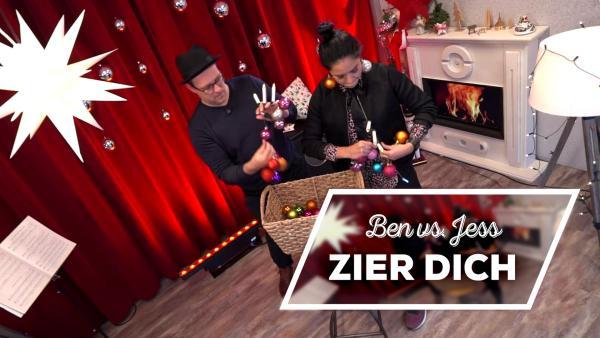 Ben und Jess haben einen Korb voll Weihnachtsdeko und treten in einem Battle gegeneinander an. Wer schmückt sich selbst schneller? | Rechte: KiKA