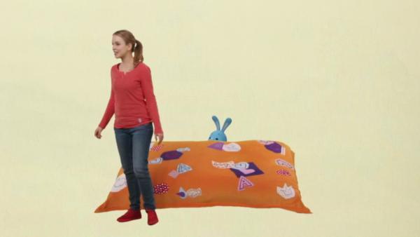 Anni schleicht ums Kissen | Rechte: KiKA