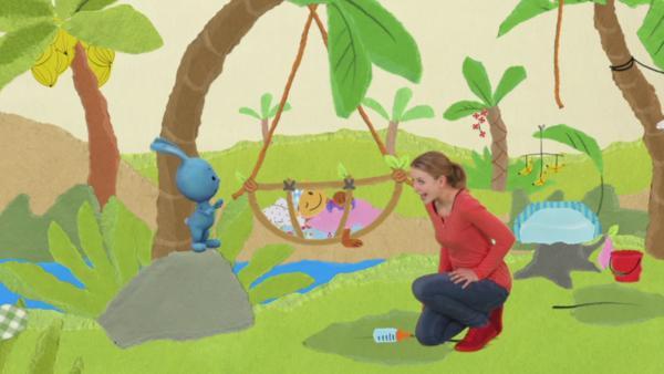 Anni und Kikaninchen singen das Affenbaby in den Schlaf | Rechte: KIKA