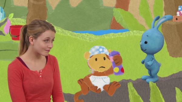 Anni und Kikaninchen wickeln das Affenbaby | Rechte: KIKA