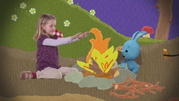 Kikaninchen entzündet ein Feuer | Rechte: KiKA