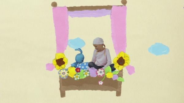 Im Blumenbett durch die Luft | Rechte: KiKA