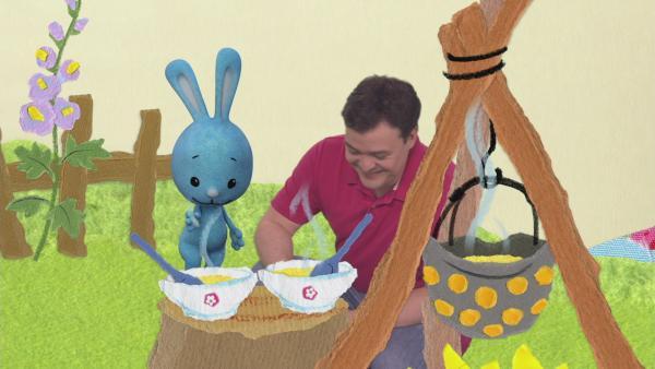 Kikaninchen und Christian kochen Gemüsesuppe | Rechte: KiKA