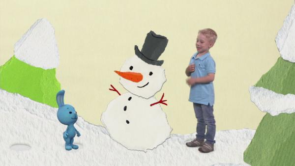 Hut und Nase für den Schneemann | Rechte: KiKA