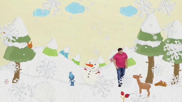 Kikaninchen und Christian bauen einen Schneemann | Rechte: KiKA