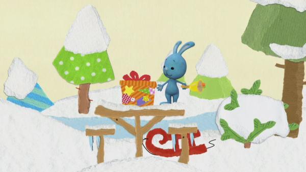 Weihnachtsgeschenke für das Eichhörnchen | Rechte: KiKA