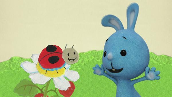 Kikaninchen und ein Marienkäfer ernten Erdbeeren | Rechte: KiKA