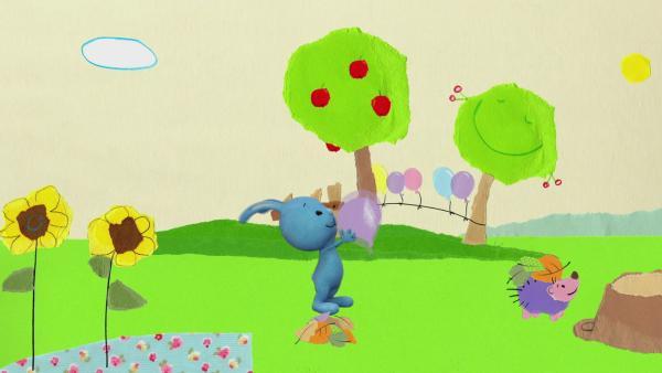 Kikaninchen und Igel spielen mit einem Luftballon | Rechte: KiKA