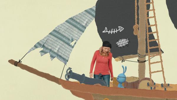 Anni und Kikaninchen retten als Piraten einen schiffbrüchigen Affen | Rechte: KiKA