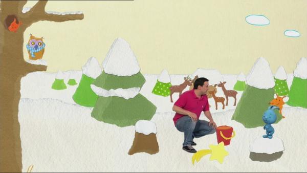 Kikaninchen und Christian zaubern im Weihnachtswald | Rechte: KiKA