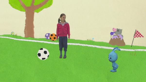 Ball hochwerfen mit Freunden  | Rechte: KiKA