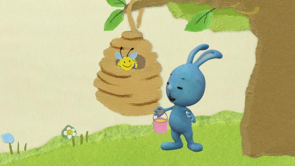 Kikaninchen und die Biene tollen herum | Rechte: KiKA