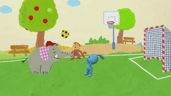 Fangen und Fußball spielen | Rechte: KiKA
