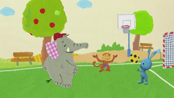Aus einem Volleyball wird eine Frisbeescheibe | Rechte: KiKA