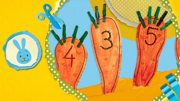Mit Farbe angemalte Möhren mit Zahlen von 1 bis 5 drauf für ein kniffliges Zahlenspiel und zwei Raupen aus Eierkarton, die vom Rand kommen.  | Rechte: KiKA