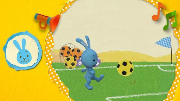 Kikaninchen, Anni und Christian haben jede Menge Spaß beim Fußballspielen!  | Rechte: KiKA