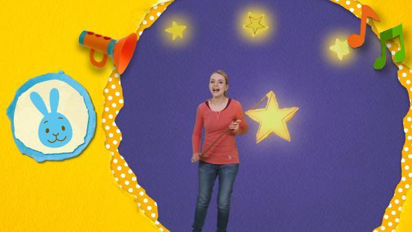 Anni geht mit ihrer Sternenlaterne in der dunklen Nacht spazieren  | Rechte: KiKA