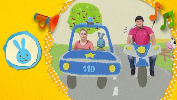 Kikaninchen, Anni und Christian sind auf einer Polizeiwache. Plötzlich klingelt das telefon - sie haben einen Einsatz! Mit Blaulicht fahren sie los.  | Rechte: KiKA