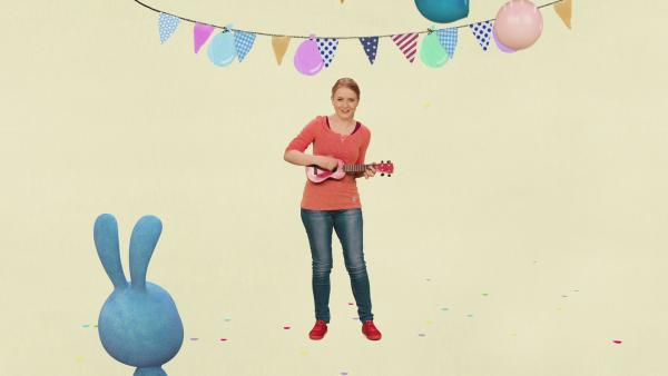 Anni singt das Geburtstagslied und Kikaninchen hört zu.  | Rechte: KiKA