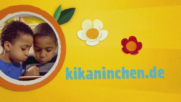 Die Webadresse kikaninchen.de ausgeschrieben und daneben zwei Jungs, die auf ein Tablet schauen. | Rechte: KiKA
