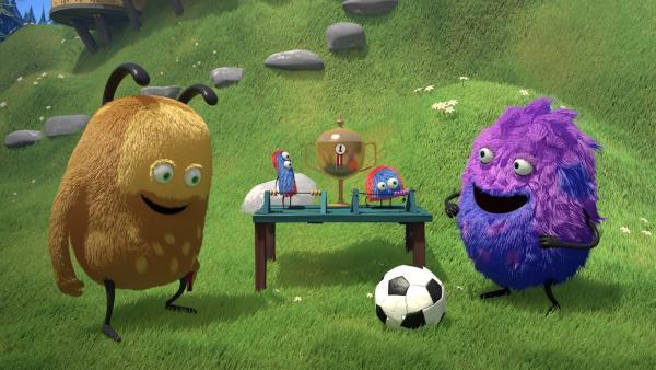 Kiwi und Strit spielen Fußball. Kiwi kennt zwar die Regeln des Spiels, aber Strit spielt lieber nach seinen eigenen Regeln. | Rechte: NDR/Copenhagen Bombay