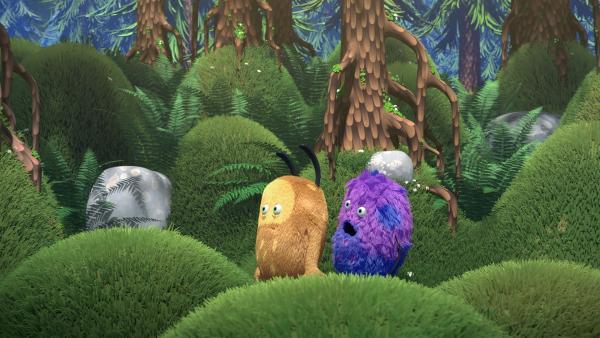 Kiwi und Strit müssen sich schnell etwas einfallen lassen, wie sie die Waldkuh zur Ruhe bekommen.   Rechte: NDR/Copenhagen Bombay