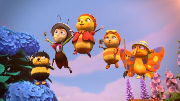 Der Frühling ist angebrochen und die Bienenkönigin Marylin (Mi.) bläst zum großen Frühjahrsputz. Bewaffnet mit Staubwedel und Besen freuen sich die kleinen lustigen Krabbler - Heini Hummel, Gregor Grille, Josefine, die Biene und Walter, der Falter - aufs Aufräumen. Aber es gibt auch Krabbler die sich nicht so freuen. | Rechte: ZDF/2019 - METHOD ANIMATION - BIDIBUL PRODUCTIONS - ZDF ENTERPRISES
