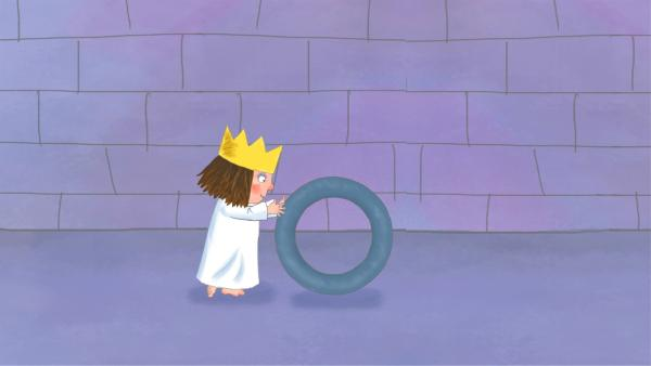 Die kleine Prinzessin hat einen alten Reifen gefunden.   Rechte: ZDF/Zodiak Kids