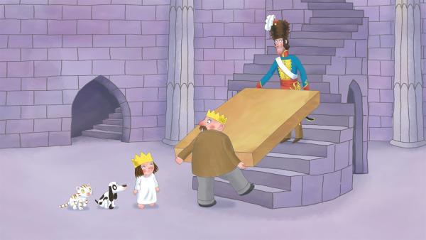 Der König trägt mit dem General ein riesiges Paket ins Schloss, will aber der neugierigen Prinzessin nicht sagen, was drin ist. | Rechte: ZDF/The Illuminated Film Company
