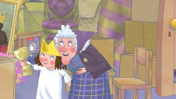 Im Abstellraum entdeckt die Prinzessin einen Pokal und fragt die Großtante (r.), ob sie den gewonnen hat. | Rechte: ZDF/The Illuminated Film Company