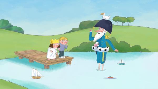 Die Prinzessin und Alfi stehen auf dem Steg des Schlossteichs. Der General steht bis zu den Waden im Wasser. Eine Ente hockt auf seinem Hut. | Rechte: ZDF/The Illuminated Film Company