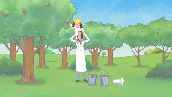Um genug Apfelsaft für alle herstellen zu können, pflücken der Koch und die Prinzessin im Schlosspark eimerweise Äpfel.   Rechte: ZDF/The Illuminated Film Company
