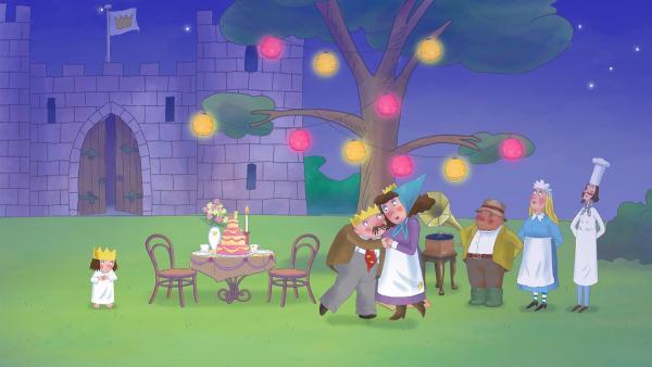 Der Koch, das Kindermädchen, der Gärtner (v.r.n.l.) und natürlich die Prinzessin (l.) haben einen romantischen Tanztee mit rosa-gelber Dekoration für den König und die Königin (M.) vorbereitet. | Rechte: ZDF/The Illuminated Film Company