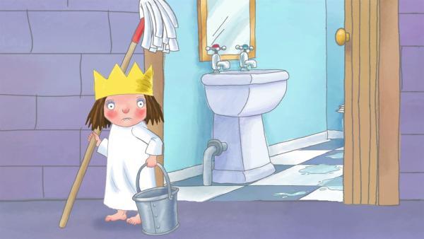Während sie den Dreck wegputzen will, verschüttet sie das Putzwasser. Das Kindermädchen glaubt, Schlamper habe den Eimer umgestoßen und schimpft den Hund. | Rechte: ZDF/Illuminated Film Ltd.