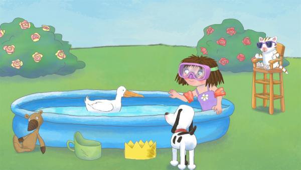 Die kleine Prinzessin sitzt an einem sehr heißen Sommertag in ihrem kleinen Schwimmbecken im Garten und ärgert sich, dass die Enten das Wasser mit ihr teilen wollen.   Rechte: ZDF/Illuminated Film Ltd.