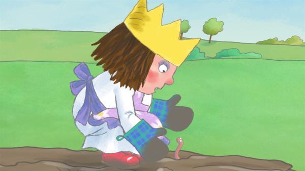Die kleine Prinzessin entdeckt beim Spielen im Matsch einen Wurm. | Rechte: ZDF/Illuminated Film Ltd.