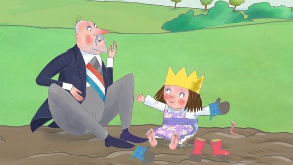 Die kleine Prinzessin spielt mit dem Premierminister im Matsch und entdeckt dabei einen Wurm. | Rechte: ZDF/Illuminated Film Ltd.