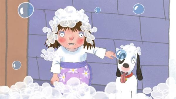 Die kleine Prinzessin will heute mal alle bedienen, weil das Hausmädchen seinen freien Tag hat. Sie lässt Badewasser ein, um Hund und Katze zu baden. Während sie die Katze sucht, läuft die Badewanne über. | Rechte: ZDF/Illuminated Film Ltd.