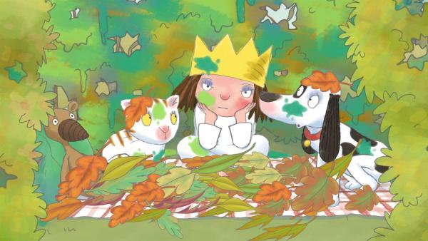 Die kleine Prinzessin möchte nicht, dass die Blätter im Herbst abfallen. Sie bemalt sie mit grüner Farbe und hängt sie wieder an den Baum. Doch lange halten sie dem Wind nicht Stand. | Rechte: ZDF/Illuminated Film Ltd.