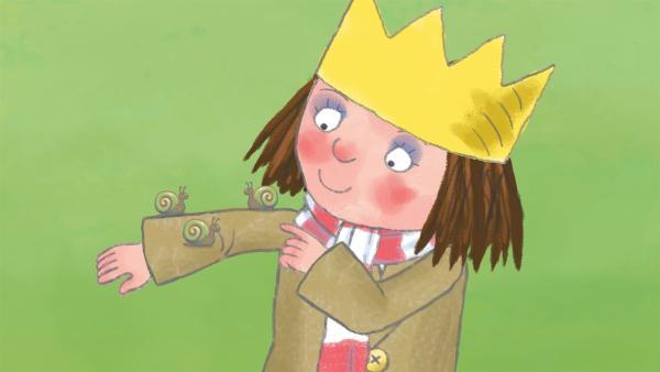 Die kleine Prinzessin findet eine Schnecke und ist von der neuen Spielkameradin ganz entzückt. | Rechte: ZDF/Illuminated Film Ltd.