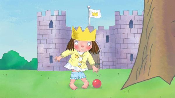 Die kleine Prinzessin passt nicht mehr in ihre alten Kleider, doch sie wegzugeben kommt für sie einfach nicht in Frage. | Rechte: ZDF/Illuminated Film Ltd.
