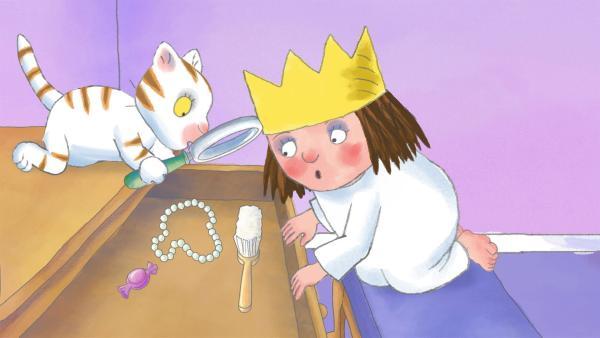 Die Kleine Prinzessin sucht im ganzen Schloss nach verkäuflichen Dingen, die sie entbehren kann. | Rechte: ZDF/illuminated