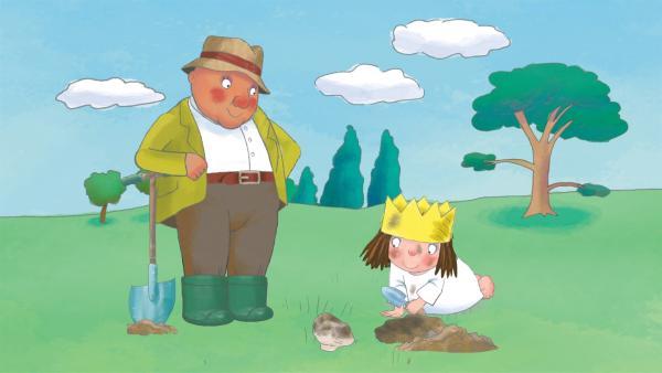 Die kleine Prinzessin gräbt einen Stein aus für ihre Sammlung. Der Gärtner schaut zu.   Rechte: ZDF/Ed Foster