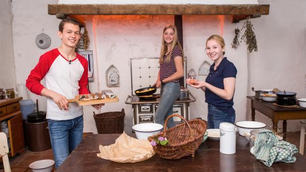 Paul, Regina und Celine in Uromas Küche in der Vergangenheit | Rechte: ZDF/Katja Inderka