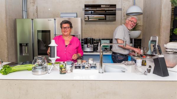 Uschi und Johann in der Hightech-Küche in der Zukunft | Rechte: ZDF/Katja Inderka
