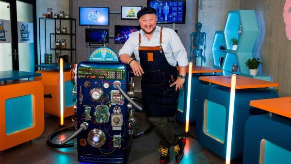 Sebastian Lege mit Zeitmaschine im Kitchenlab | Rechte: ZDF/Katja Inderka
